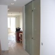 стеклянная стена с дверью в туалет